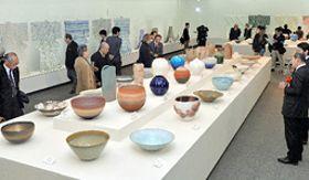 陶芸や染織など匠の技を極めた伝統工芸作品に見入る来場者=松江市袖師町、島根県立美術館