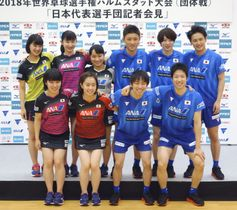 肩を組みポーズをとる張本智和(後列中央右)ら卓球日本代表=20日、味の素ナショナルトレーニングセンター