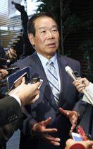 安倍首相との会談後、取材に応じる日韓議員連盟会長の額賀福志郎元財務相=11日午後、首相官邸