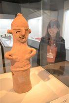 笑顔の埴輪など「ふふっ」と笑える造形の考古資料を紹介する企画展=静岡市駿河区の登呂博物館