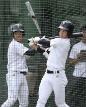打撃練習する大阪桐蔭・根尾(右)=大阪府大東市