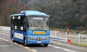 走行実験する自動運転バス=23日、鳥取県八頭町