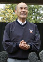 愛知県豊山町の自宅前で取材に応じるイチロー元選手の父鈴木宣之さん=23日午前