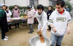 高校生から高齢者までが集まって餅つきをする「駒ケ林町1丁目南部自治会」=神戸市長田区駒ケ林町1