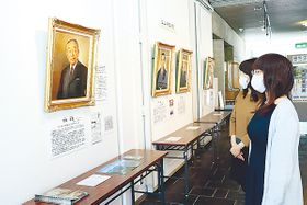 古里の発展に尽くした20人の肖像画が並ぶ会場