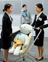 現役CA(中央)から研修を受ける学生ら=神戸空港(神戸学院大提供)