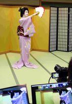 国際会議参加者に向け、舞を披露する富津愈さん(京都市東山区・ギオン福住)