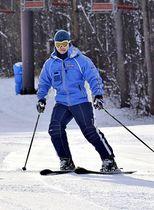 雪の感触を楽しむように滑るスキーヤー