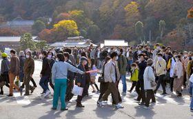 大勢の観光客が訪れた嵐山の渡月橋周辺(21日、京都市右京区)