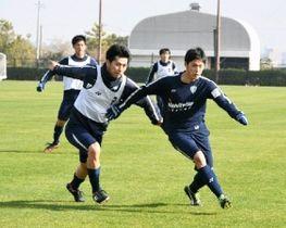 福岡の練習に合流した菊地(左)