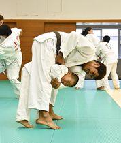 タイの柔道チームと市内の小学生たちが練習に励んだ=山形市総合スポーツセンター