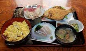 定食スタイルで味わうジャンボホッキステーキ丼。左上のホッキを左下の混ぜごはんの上に乗せて味わう=別海町尾岱沼、「酔楽まる太」