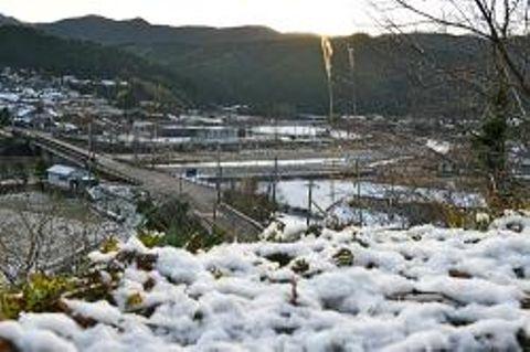うっすらと雪化粧をした山里(12日午前7時半ごろ、和歌山県田辺市中辺路町近露で)
