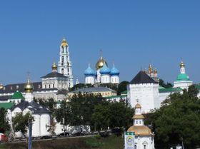 トロイツェ・セルギエフ大修道院。ウィキメディア・コモンズより