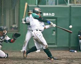 8回、栃木GBの高野が右越えにソロ本塁打を放つ=小山運動公園野球場