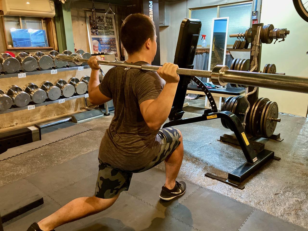 多聞さんの自宅にあるトレーニングルームで下半身を鍛える選手