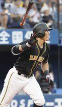 3回阪神1死一、二塁、糸井が右中間に勝ち越し3ランを放つ=横浜