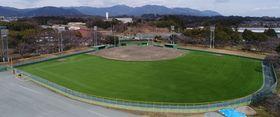 【外野を人工芝にリニューアルした西野公園野球場=亀山市提供】