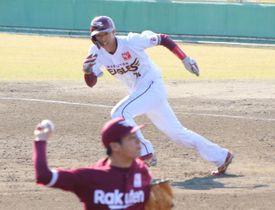紅白戦で相手投手と駆け引きしながら盗塁を狙う楽天・武藤