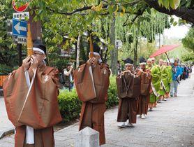 祇園かいわいの町並みを進む「お練り」の一行(京都市東山区)