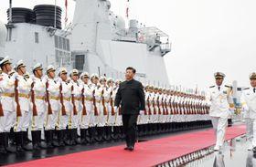 中国海軍創設70周年を記念した国際観艦式に臨む習近平国家主席(中央)=23日、中国山東省青島(新華社=共同)