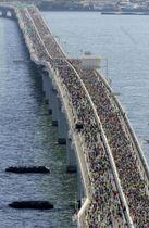 「ちばアクアラインマラソン」で高速道路「東京湾アクアライン」を走るランナーたち=21日(共同通信社ヘリから)
