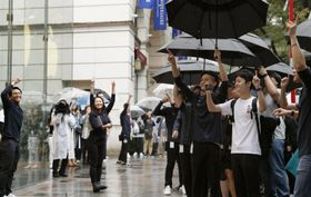 「iPhone XS」と「XS Max」が発売され、アップルストア前で盛り上がる客ら=21日午前、東京・表参道