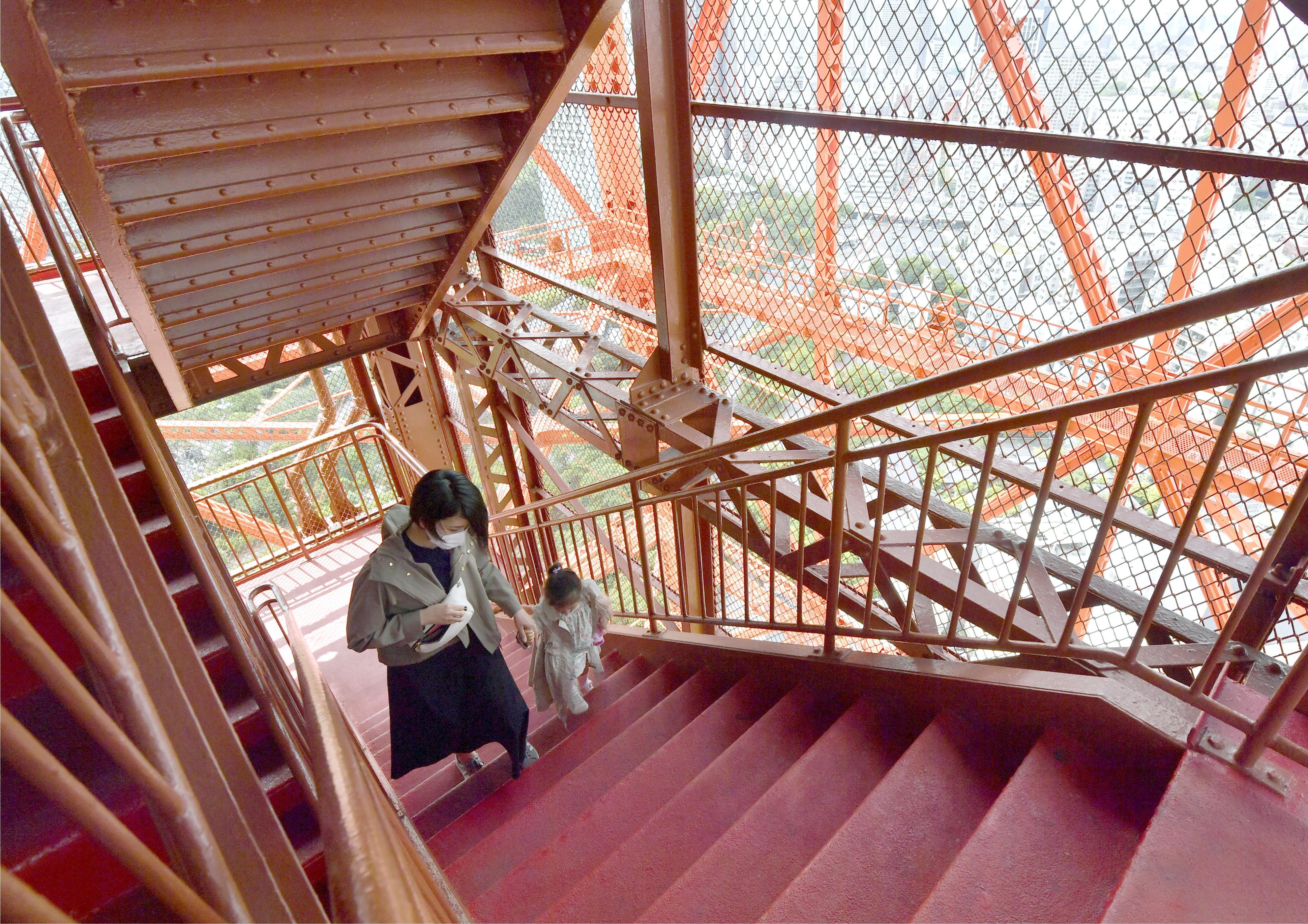 営業が再開された東京タワーで、外階段を上って展望台を目指す親子=28日午前、東京都港区