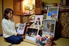 聖菜さんの遺影を手に話す母親の稲垣智恵美さん=2月26日、さいたま市緑区
