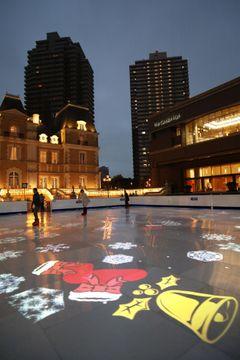 冬らしい映像が投影されたリンク=東京都内の恵比寿ガーデンプレイス
