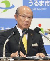 記者会見で沖縄県民投票への不参加を正式表明した、うるま市の島袋俊夫市長=18日午後、沖縄県うるま市役所