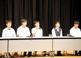 受験体験を語るスクール21の卒塾生たち=さいたま市浦和区の埼玉会館