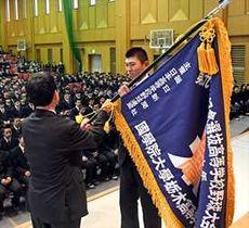 選抜旗を受け取る国学栃木の大久保主将=国学栃木高