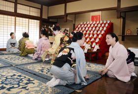 迎春準備を始める恒例行事「事始め」で、あいさつを交わす舞妓ら=13日午前、京都市