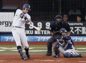 西武戦の8回、ロッテの福浦和也内野手が右越え二塁打を放ち、史上52人目の通算2千安打を達成=9月22日、千葉市のZOZOマリンスタジアム