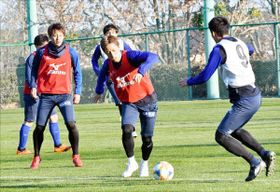 ボールゲームで競り合うMF狩野(右から2人目)ら=高知市の春野総合運動公園球技場
