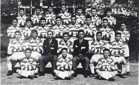 日本代表のNZ遠征メンバー。最後列右から2人目が中山さん、後列2段目の左から2人目が猿田さん、3人目が鎌田さん、右から2人目が石山さん。鎌田さんの右隣は、テレビドラマ「スクール☆ウォーズ」の主人公のモデルとして知られる山口良治さん(写真提供・日本ラグビーフットボール協会)