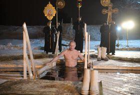 ロシア・トベリ州の湖で沐浴するプーチン大統領=19日未明(タス=共同)