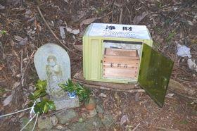 壊されたさい銭箱。現在は修復され元通り置いている=14日午前、浜松市北区引佐町の久留女木の棚田