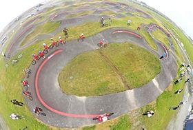 津波被災地に完成した国内最大級の自転車競技施設「パンプトラック」=11日午前、新地町・釣師防災緑地公園