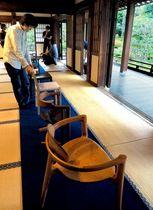 庭園を向けて個性豊かな作品が並べられた「きょうと椅子」展(京都市東山区・建仁寺塔頭両足院)