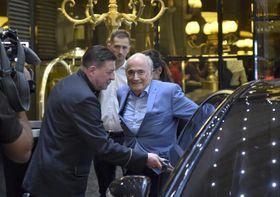 モスクワのホテルに到着したFIFAのブラッター前会長(中央)=19日(AP=共同)