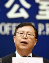 GDP速報値を発表する中国国家統計局の報道官=17日、北京(共同)