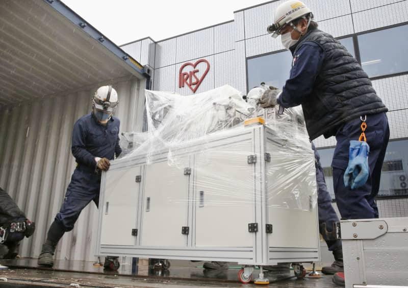 アイリスオーヤマ角田工場に搬入される、マスク生産のための設備=20日、宮城県角田市