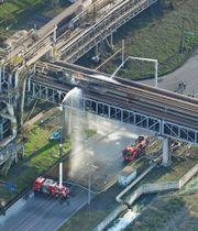 火災があったJFEスチール東日本製鉄所のガスパイプ=13日午後3時59分、川崎市川崎区扇島(共同通信社ヘリから)