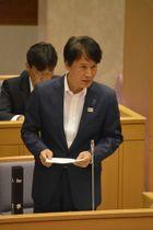 鹿児島県議会で平良行雄県議の一般質問に答える三反園訓知事