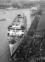 盛大な見送りを受け新潟港中央ふ頭を離れる北朝鮮への帰国船クリリオン号=1959年12月