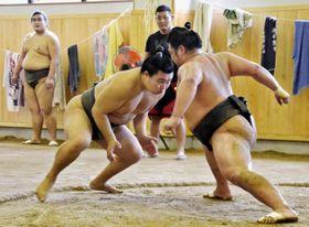 高知市で始まった高砂部屋の合宿で稽古を積む力士ら(高知市大原町の高知市相撲場)