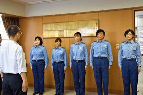 郷治本部長(左)に出発を申告する県警特別生活安全部隊=20日午前、県警本部