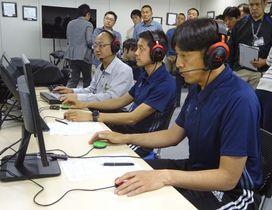 ビデオ?アシスタント?レフェリーのトレーニングを受ける(右から)西村雄一、岡部拓人の両審判員=29日、東京都内